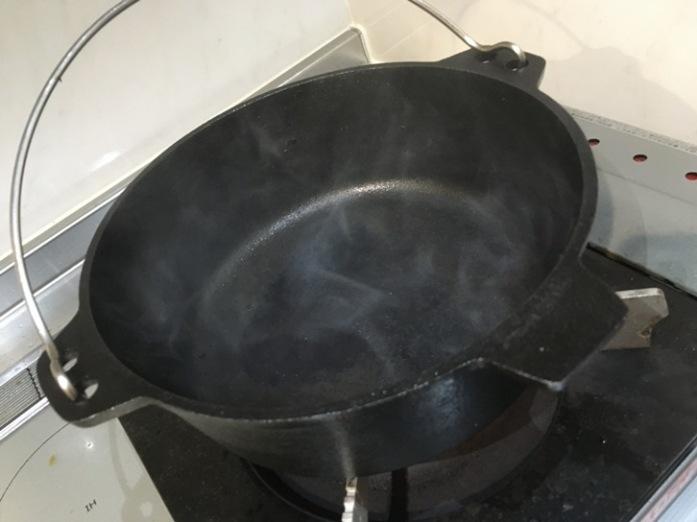ニトリのダッチオーブンシーズニング空焚き