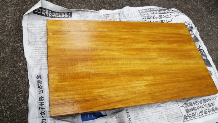 100均まな板DIY ニス塗