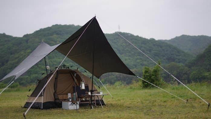 ソロキャンプ タープ 雨