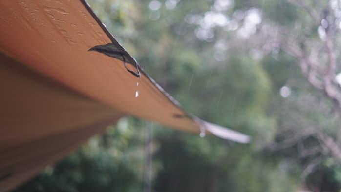 ソロキャンプ タープ 雨対策