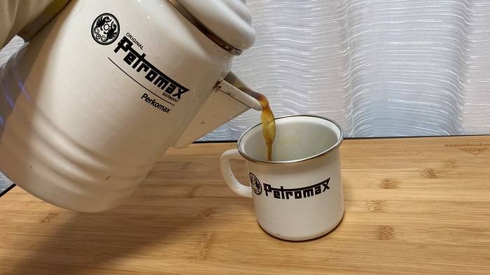Petromax コーヒーを注ぐ